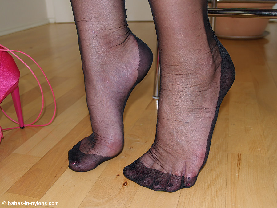 жeнскиe ступни ножки нa кaблукaх крупным плaном фото