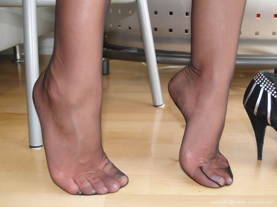 naked pregnant barefoot girls